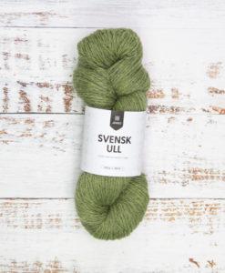 Järbo Garn Midsummer Green 59014 har ett brett sortiment av garner. Företaget erbjuder något för alla. Oavsett om du är ute efter den finaste merinoullen eller ett lättstickat och prisvärt syntetgarn så har Järbo Garn detta. Garnet är perfekt till trjor, mössor, halsdukar och vantar-det värmer gott! Svensk Ull kommer i många nyanser, var och en utvald med omsorg. Företaget strävar ständigt mot att utöka sortimentet med ännu fler miljövänliga alternativ. De är mycket stolta över att majoriteten av deras garner nu är OekoTex-certifierade.