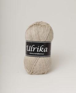 Garntorget Svarta Fåret Ulrika 100% Superwash Ull. Beige Melange - 22 Ulrika 100% Soft Superwash Ull.Garn Ulrika är ett klassiskt mjukt ullgarn från Svarta Fåret. Ulrika är superwashbehandlat, vilket innebär att du kan tvätta dina plagg i tvättmaskinen.Tjockleken är samma som Freja, vilket innebär att man kan välja om man vill sticka/virka samma mönster i ull eller akryl.Ulrika är ett mycket mjukt och fint ullgarn från Svarta Fåret. Garnet är superwashbehandlat, vilket innebär att du kan tvätta dina stickade plagg i tvättmaskinen (30 grader ullprogram). Till Ulrika finns flera fina stickmönster och du finner de mönster som vi har i sortimentet.Sticka,Virka, Kofta ,Tröja,Damslipover,Barntröja,Babyjacka,Tunika,Barnkofta,Mössa,Vantar,Pippitröja,Barnkofta,Mössa, Tumvantar, Fingervantar, Baby/Barntröja, Mössa, och Sockar