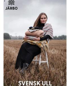 """Över tusen ton svensk ull bränns eller slängs varje år, det vill vi ändra på. Till en början har vi tagit tillvara på 8 ton, och mer ska det bli! Vi är så glada över att äntligen kunna använda svensk råvara i ett garn, som dessutom är otroligt härligt att sticka med. Svensk ull är ett rustikt 3-trådigt ullgarn (180 m/100 g) att sticka både små och stora projekt av. Ullen i garnet kommer från svenska fårgårdar i Skåne och Halland och spinns av Klippan Yllefabrik utanför Riga för Järbo. Att använda svensk ull i stor produktion är inte helt enkelt. Alltifrån klippningen och sorteringen till att spinna ullen sker i dag i väldigt liten skala. Vår förhoppning är att vår satsning ska få både fårbönder och spinnerier att våga satsa på vår fina svenska ull! Alla nyanser utöver den naturvita är färgade på en bas av grå gotlandsull, vilket ger levande och spännande färgskiftningar i garnet. Färgpaletten är vi extra stolta över – vårt mål är att varje färg både ska tala för sig själv samt kunna matchas med övriga färger. Ullen i garnet samlas in av fantastiska CC Wool - Calle och Charlotte - de klipper fåren och sorterar ullen som sedan Klippan Yllefabrik spinner och färgar åt oss. Resultatet: ett unikt garn som inte finns någon annanstans! Utöver gotlandsull så innehåller garnet en mix av olika svenska fårraser, bland annat tex, dorcet och finull. Så - sist men inte minst har vi såklart tagit fram riktigt fina mönster speciellt framtagna för Svensk Ull. Vi hoppas att du ska vilja sticka och virka varenda mönster i det! Tanken är att de både ska passa nybörjare och den som vill ha en utmaning. Design står bland andra Maja Karlsson och Kajsa """"Tornedalsfrun"""" Vourela för. Vi är väldigt glada över detta fina häfte! Du kan köpa häftet direkt från oss, eller i butiker runtom i hela Norden."""