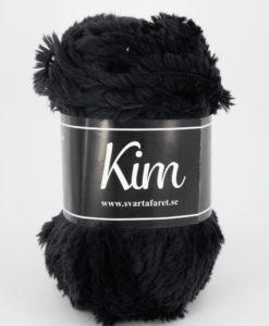 Kim Svart - 01 är ett pälsliknande garn i en härlig blandning av 93% polyamid och 7% polyester. Garnet är fantastiskt mjukt, och passar perfekt när du är ute efter en pälsliknande känsla i dina plagg. Kims garner finns i vackra färger och nyanser ett perfekt garn. Finns i många härliga färger Kvalitén är hög. Garnet passar till stickade tröjor, mössor, vantar, halsdukar. Till både vuxna och barn. Det är en behaglig tjocklek på garnet. Kim är upplagt på 50 grams nystan om 70 meter, och stickfastheten 17 maskor på stickor nr 4.5 ger 10 cm. Plagg som stickas med Kim maskintvättas i 30 graders ullprogram. Med flera spännande färger att välja bland kan vi nästan lova att du hittar en kulör som passar till ditt projekt. Sticka,Virka, Kofta ,Tröja,Damslipover,Barntröja,Babyjacka,Tunika,Barnkofta,Mössa,Vantar,Pippitröja,