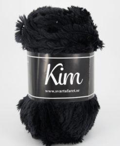 Kim Svart - 01. Garntorget Kim är ett pälsliknande garn i en härlig blandning av 93% polyamid och 7% polyester garnet är fantastiskt mjukt. Och passar perfekt när du är ute efter en pälsliknande känsla i dina plagg. Kim är upplagt på 50 grams nystan om 70 meter, och stickfastheten 17 maskor på stickor nr 4.5 ger 10 cm. Plagg som stickas med Kim maskintvättas i 30 graders ullprogram. Med flera spännande färger att välja bland kan vi nästan lova att du hittar en kulör som passar ditt projekt.