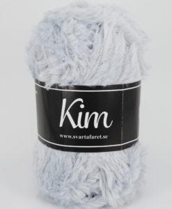Kim Ljusgrå - 03 är ett pälsliknande garn i en härlig blandning av 93% polyamid och 7% polyester. Garnet är fantastiskt mjukt, och passar perfekt när du är ute efter en pälsliknande känsla i dina plagg. Kims garner finns i vackra färger och nyanser ett perfekt garn. Finns i många härliga färger Kvalitén är hög. Garnet passar till stickade tröjor, mössor, vantar, halsdukar. Till både vuxna och barn. Det är en behaglig tjocklek på garnet. Kim är upplagt på 50 grams nystan om 70 meter, och stickfastheten 17 maskor på stickor nr 4.5 ger 10 cm. Plagg som stickas med Kim maskintvättas i 30 graders ullprogram. Med flera spännande färger att välja bland kan vi nästan lova att du hittar en kulör som passar till ditt projekt. Sticka,Virka, Kofta ,Tröja,Damslipover,Barntröja,Babyjacka,Tunika,Barnkofta,Mössa,Vantar,Pippitröja,