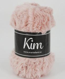 Kim Rosa - 40 Kim är ett pälsliknande garn i en härlig blandning av 93% polyamid och 7% polyester. Garnet är fantastiskt mjukt, och passar perfekt när du är ute efter en pälsliknande känsla i dina plagg. Kim är upplagt på 50 grams nystan om 70 meter, och stickfastheten 17 maskor på stickor nr 4.5 ger 10 cm. Plagg som stickas med Kim maskintvättas i 30 graders ullprogram. Med flera spännande färger att välja bland kan vi nästan lova att du hittar en kulör som passar till ditt projekt.