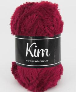 Kim Röd - 45 är ett pälsliknande garn i en härlig blandning av 93% polyamid och 7% polyester. Garnet är fantastiskt mjukt, och passar perfekt när du är ute efter en pälsliknande känsla i dina plagg. Kims garner finns i vackra färger och nyanser ett perfekt garn. Finns i många härliga färger Kvalitén är hög. Garnet passar till stickade tröjor, mössor, vantar, halsdukar. Till både vuxna och barn. Det är en behaglig tjocklek på garnet. Kim är upplagt på 50 grams nystan om 70 meter, och stickfastheten 17 maskor på stickor nr 4.5 ger 10 cm. Plagg som stickas med Kim maskintvättas i 30 graders ullprogram. Med flera spännande färger att välja bland kan vi nästan lova att du hittar en kulör som passar till ditt projekt. Sticka,Virka, Kofta ,Tröja,Damslipover,Barntröja,Babyjacka,Tunika,Barnkofta,Mössa,Vantar,Pippitröja,