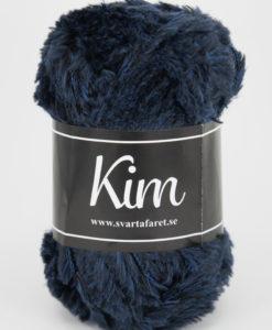 Kim Marin - 67 är ett pälsliknande garn i en härlig blandning av 93% polyamid och 7% polyester. Garnet är fantastiskt mjukt, och passar perfekt när du är ute efter en pälsliknande känsla i dina plagg. Kims garner finns i vackra färger och nyanser ett perfekt garn. Finns i många härliga färger Kvalitén är hög. Garnet passar till stickade tröjor, mössor, vantar, halsdukar. Till både vuxna och barn. Det är en behaglig tjocklek på garnet. Kim är upplagt på 50 grams nystan om 70 meter, och stickfastheten 17 maskor på stickor nr 4.5 ger 10 cm. Plagg som stickas med Kim maskintvättas i 30 graders ullprogram. Med flera spännande färger att välja bland kan vi nästan lova att du hittar en kulör som passar till ditt projekt. Sticka,Virka, Kofta ,Tröja,Damslipover,Barntröja,Babyjacka,Tunika,Barnkofta,Mössa,Vantar,Pippitröja,