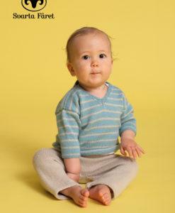 Släpp känslorna loss det finns 16st mönster i häftet – det är vår! Välkommen till en spännande och trendig vår och sommar med Svarta Fåret! I vår fina barnkollektion bjuder vi på mjuka och sköna plagg till både baby, barn och tonåringen. Du hittar färgglada och lekvänliga plagg i säsongens nyanser, en härlig mix av strukturer, breda ränder och enfärgat. Fyll barnens garderob med Vårkänslor! Se resten av kollektionen Vårkänslor i mönsterhäfte nummer 4 och 5.